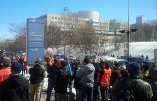 Des centaines de manifestants dénoncent le gouvernement Couillard devant le CHU Sainte-Justine