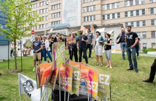 Des travailleuses et travailleurs du CHU Sainte-Justine tiennent un sit-in pour dénoncer leur surcharge de travail