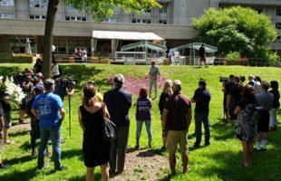 Rassemblement en mémoire des victimes de la COVID-19 à Laval